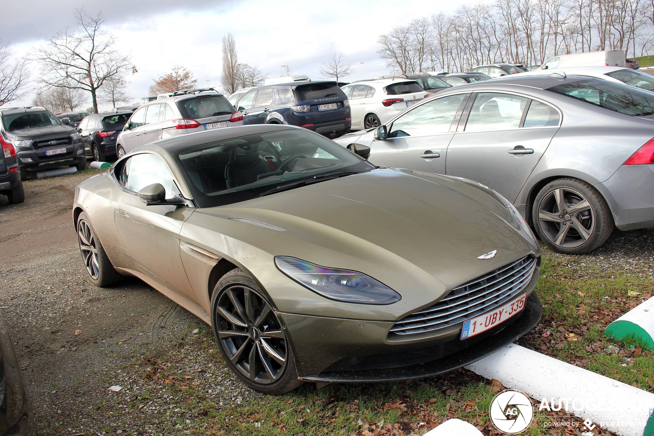 Kostte deze Aston Martin deze parkeerplek zijn voorlip?