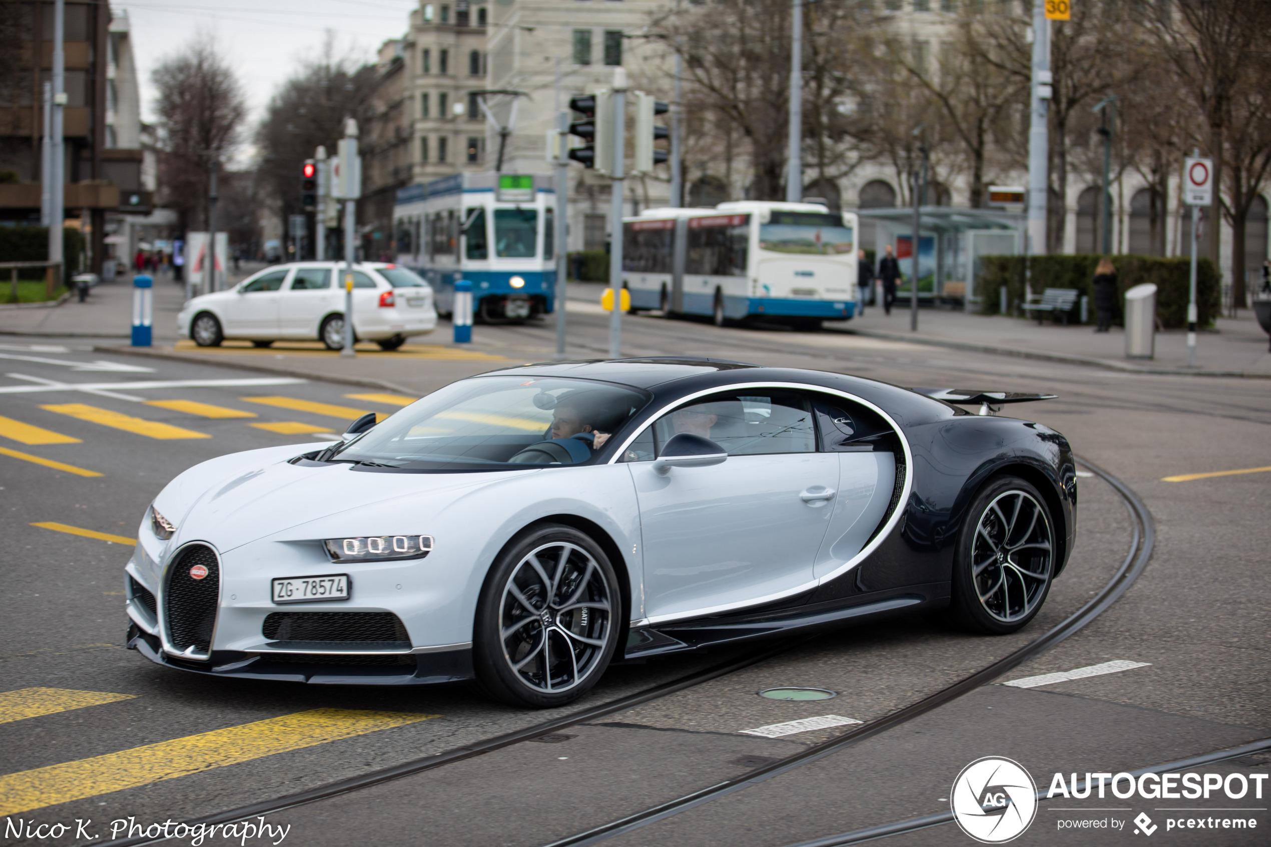 Gespot: Bugatti Chiron rolt rustig door Zurich