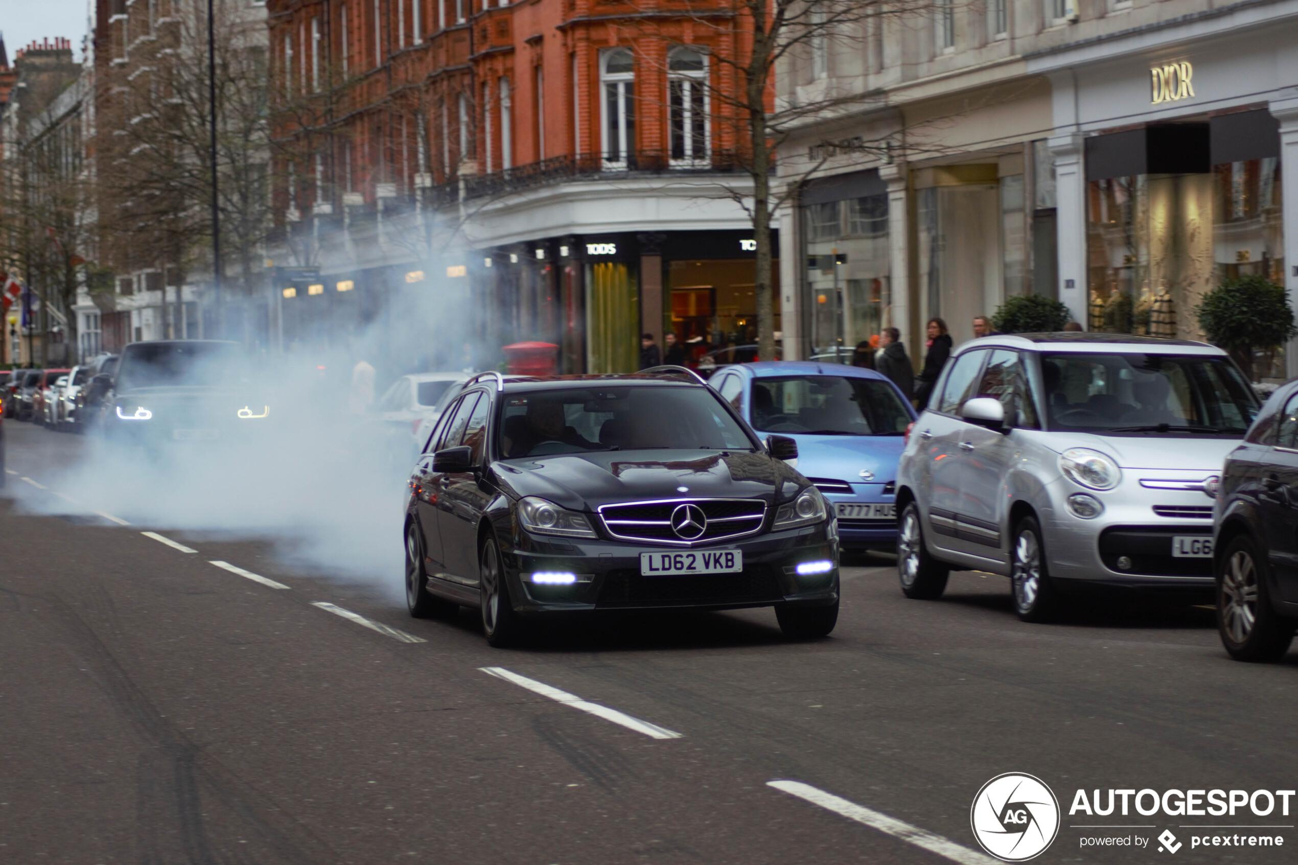 Mercedes-Benz C 63 AMG Estate slooft zich uit op Sloane Street