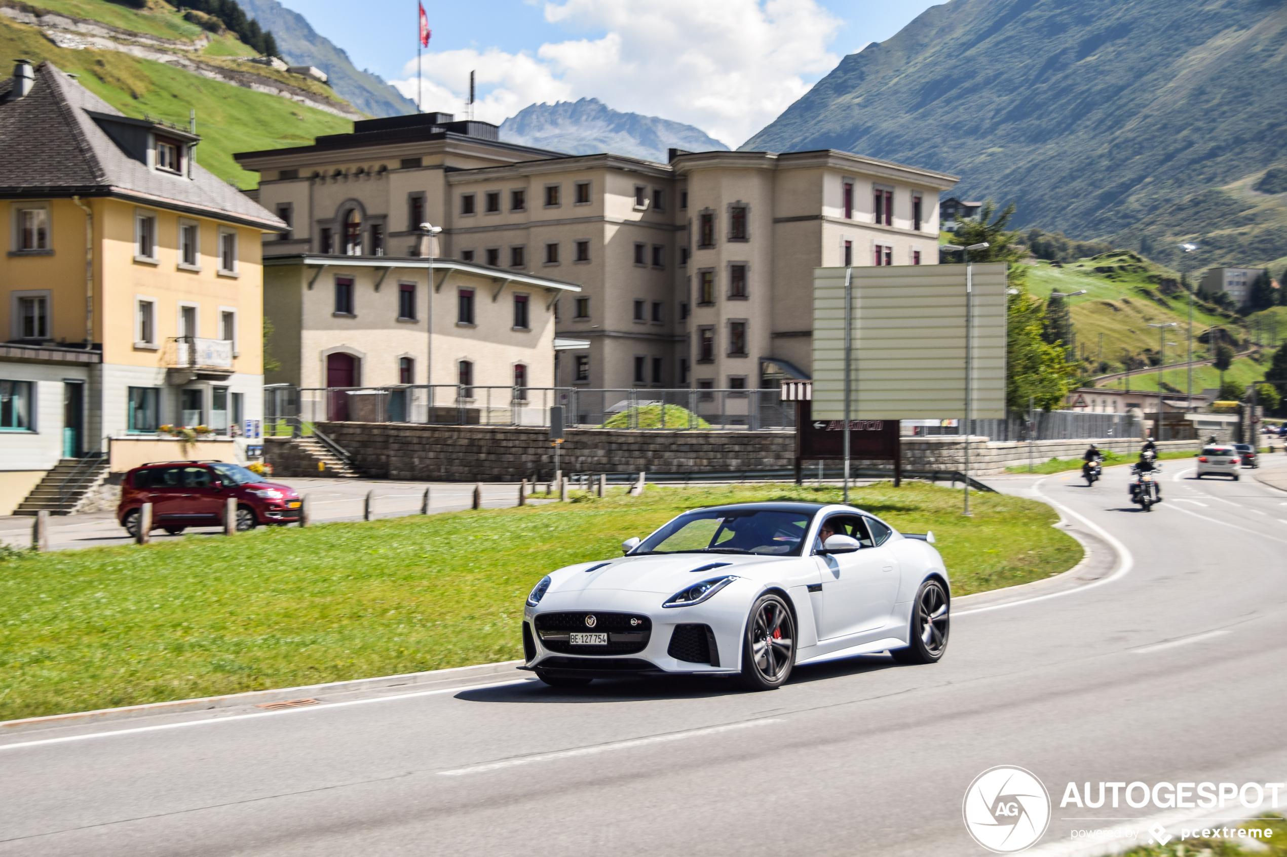 Jaguar F-TYPE SVR geniet van het prachtige Andermatt