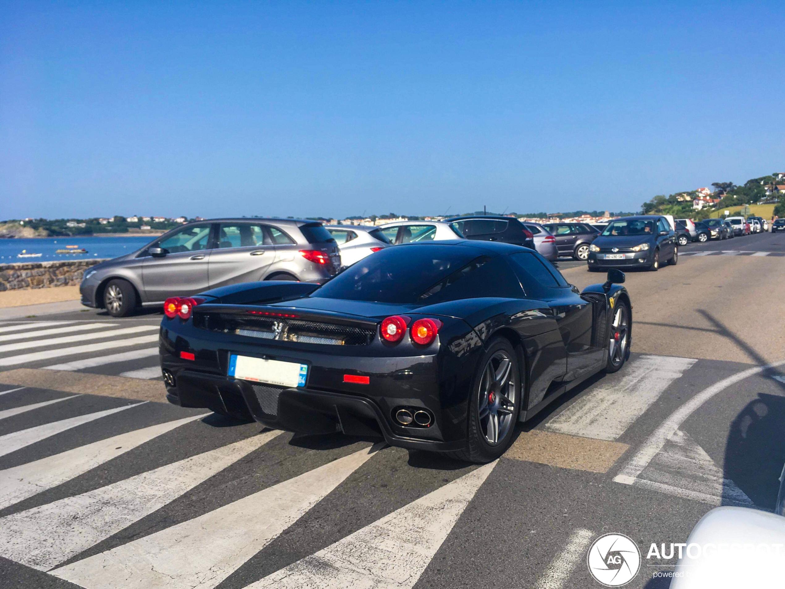 Gespot: naar het strand in de Ferrari Enzo