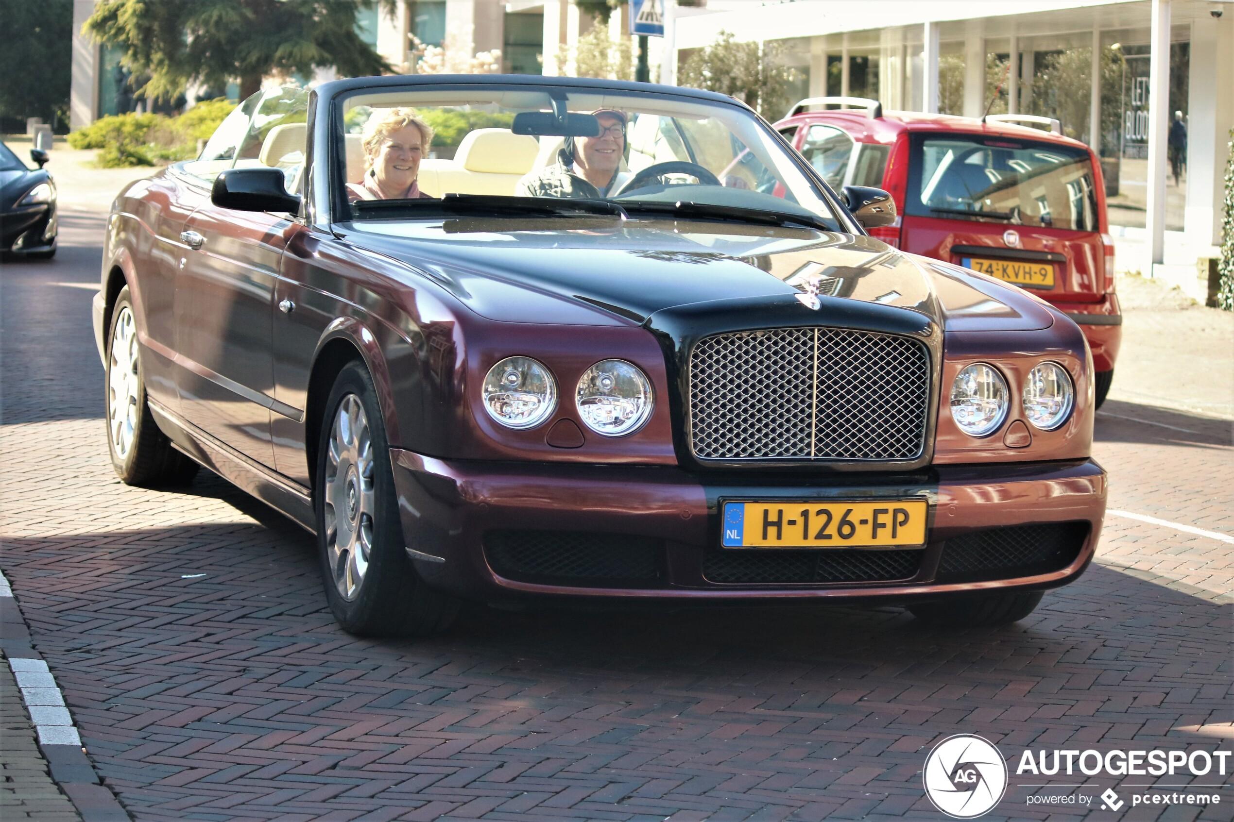 Inzittenden genieten duidelijk van Bentley Azure
