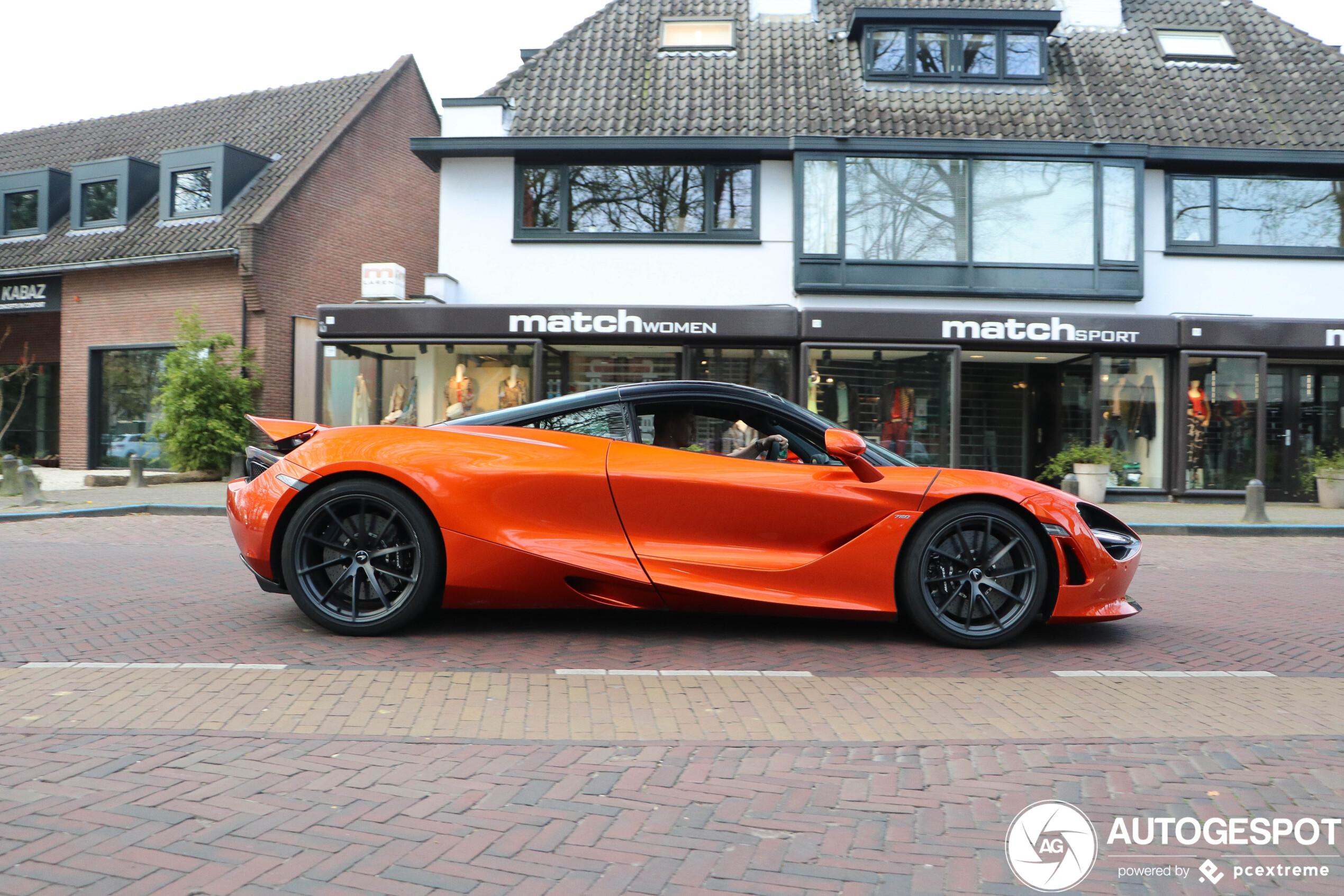Rico Verhoeven past in een McLaren 720S