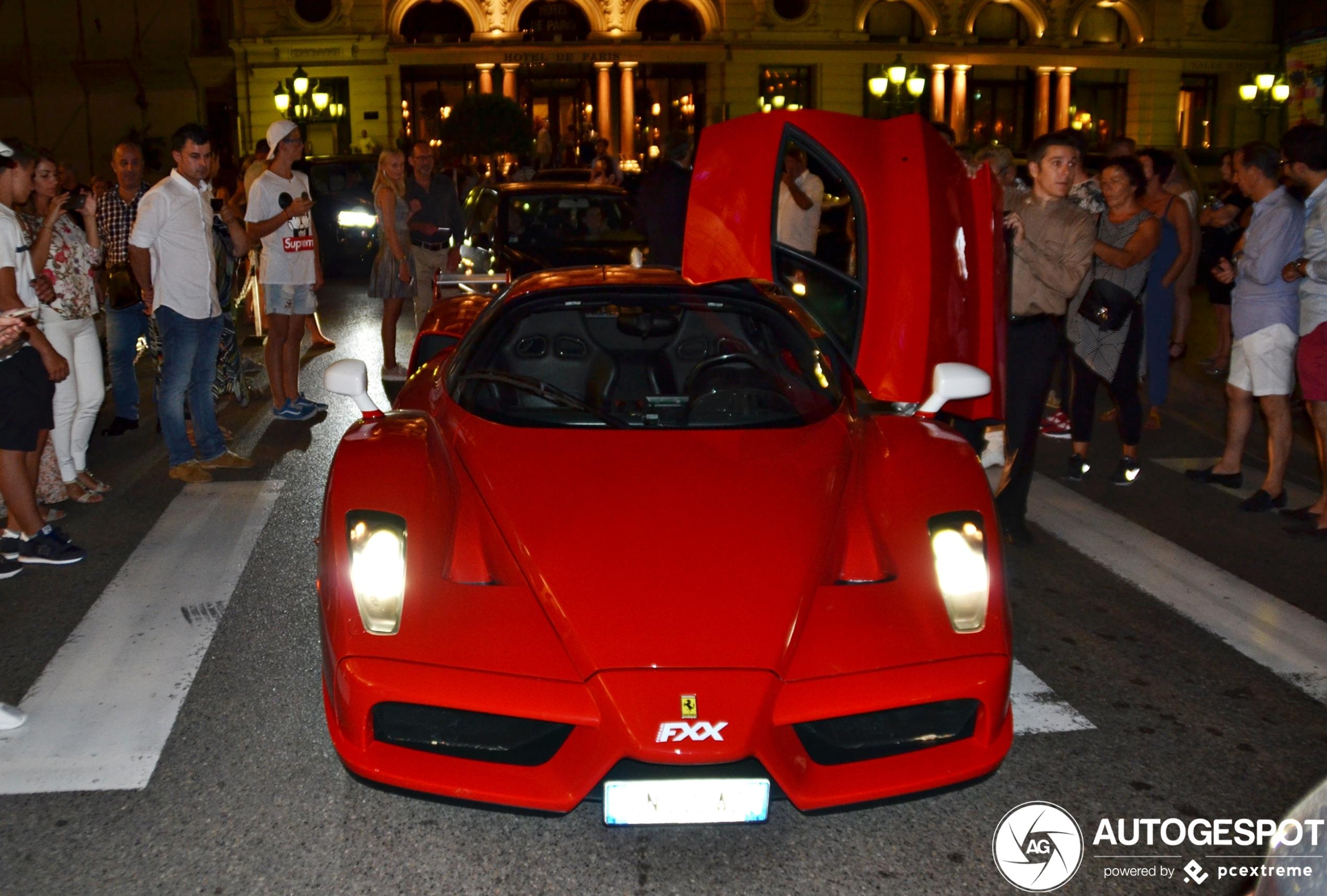Ferrari Enzo in Monaco trekt de aandacht op Casinoplein