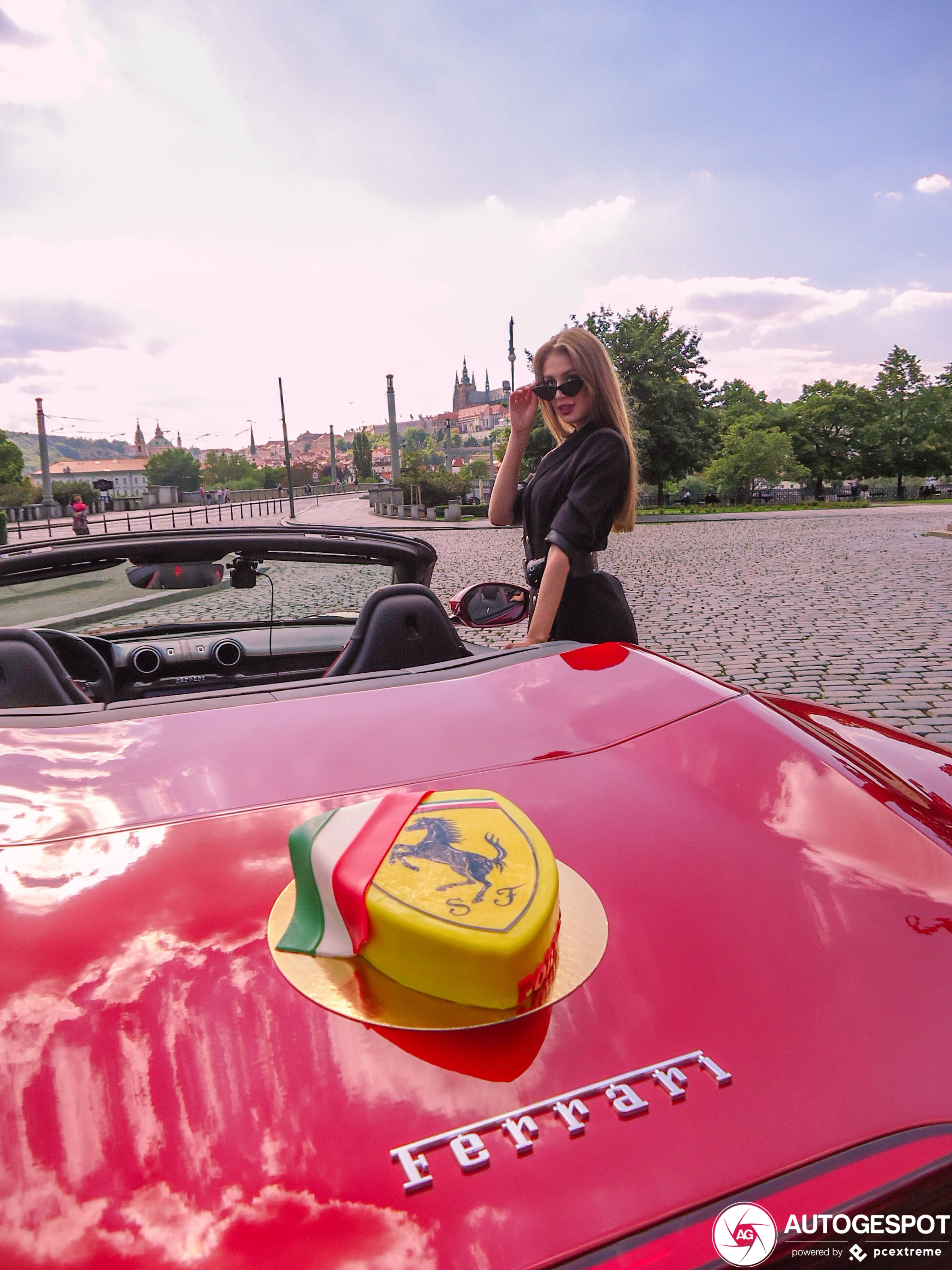 Ferrari Portofino wordt opgeleukt door vrouwelijk schoon