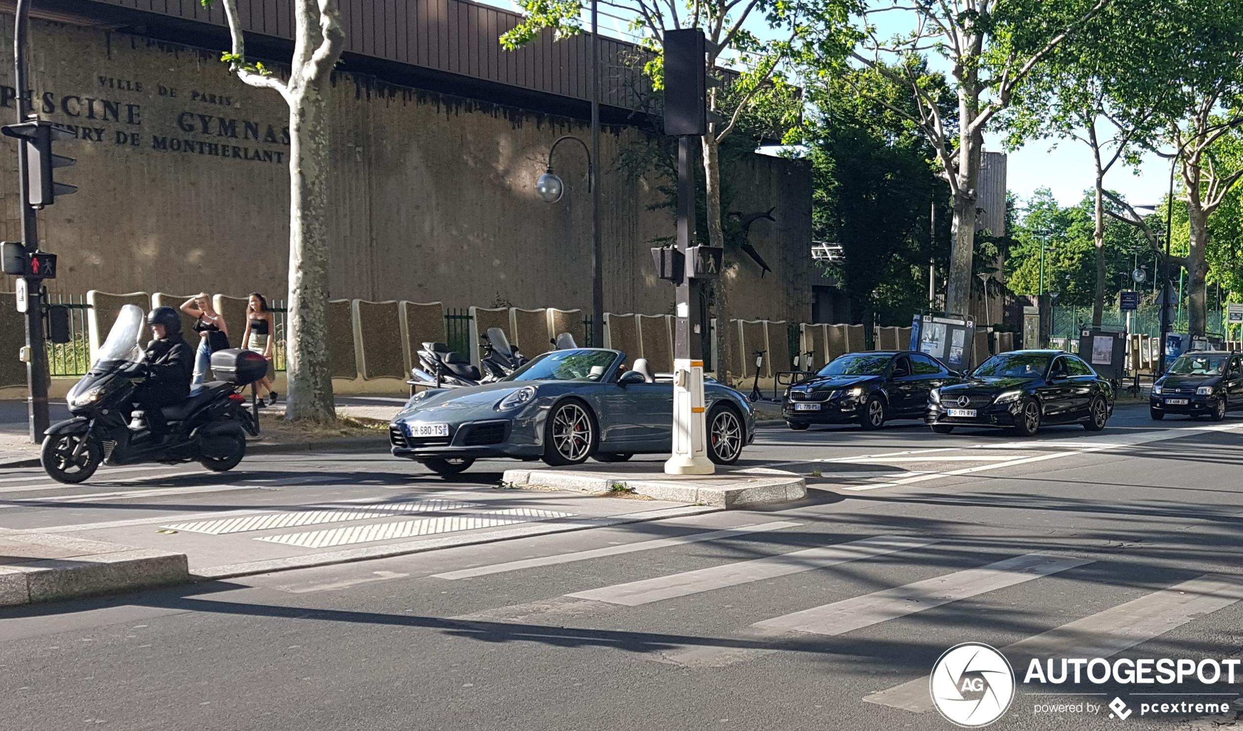 Bestuurder ziet trottoir over het hoofd in Parijs