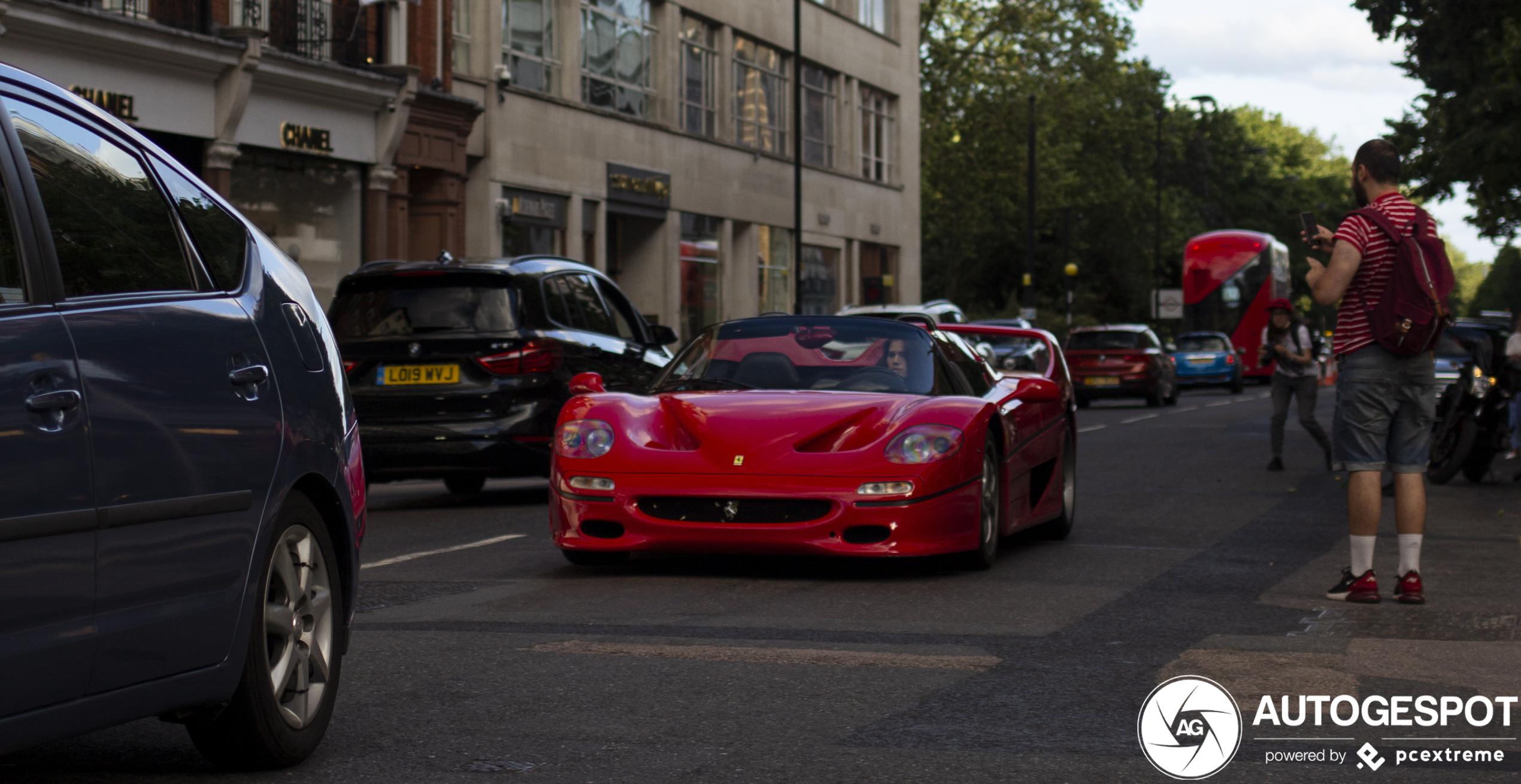 Ferrari F50 wordt bestuurd door vrouwelijk schoon
