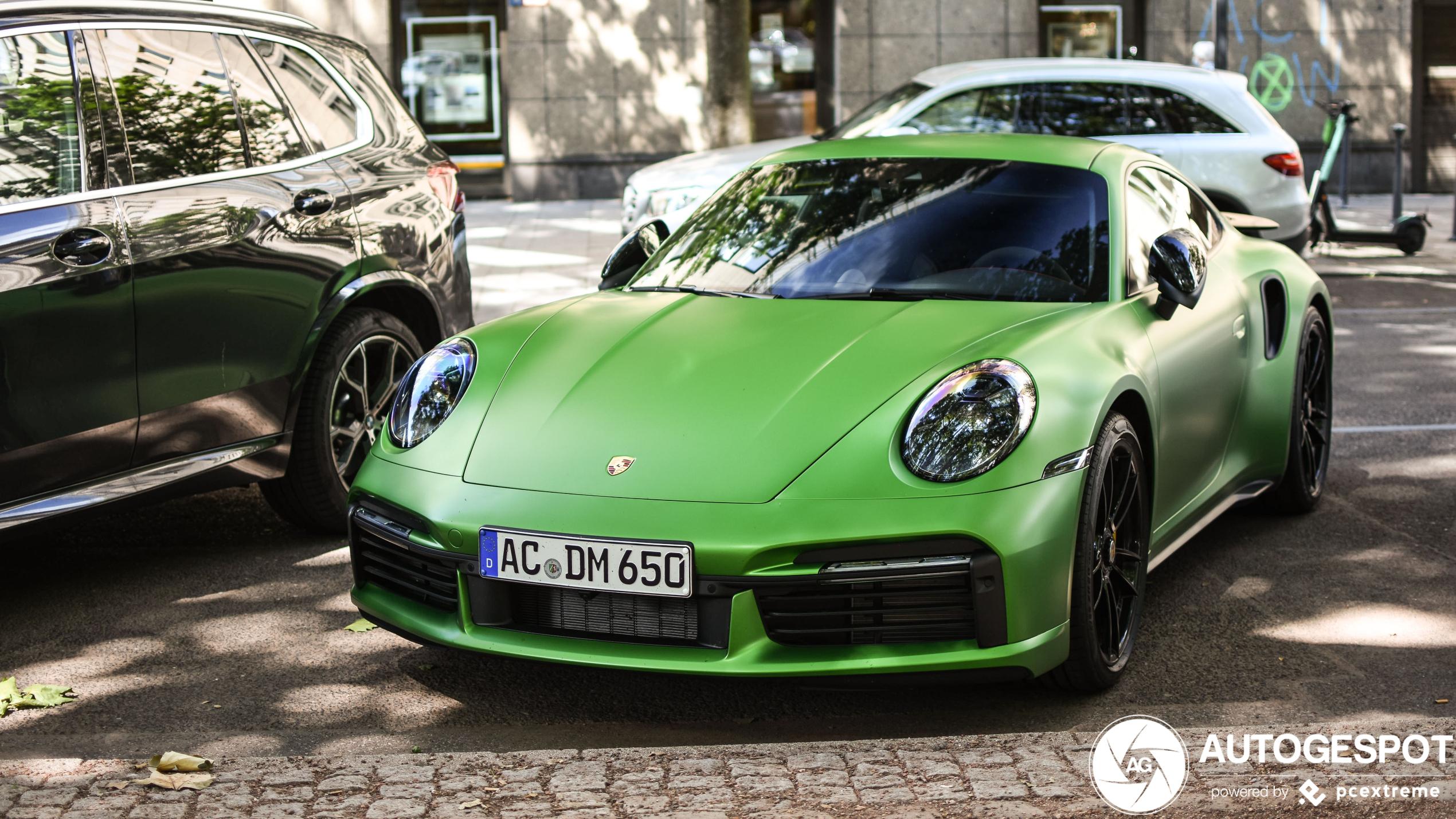 Porsche 992 Turbo S kan groene kleur heel goed hebben