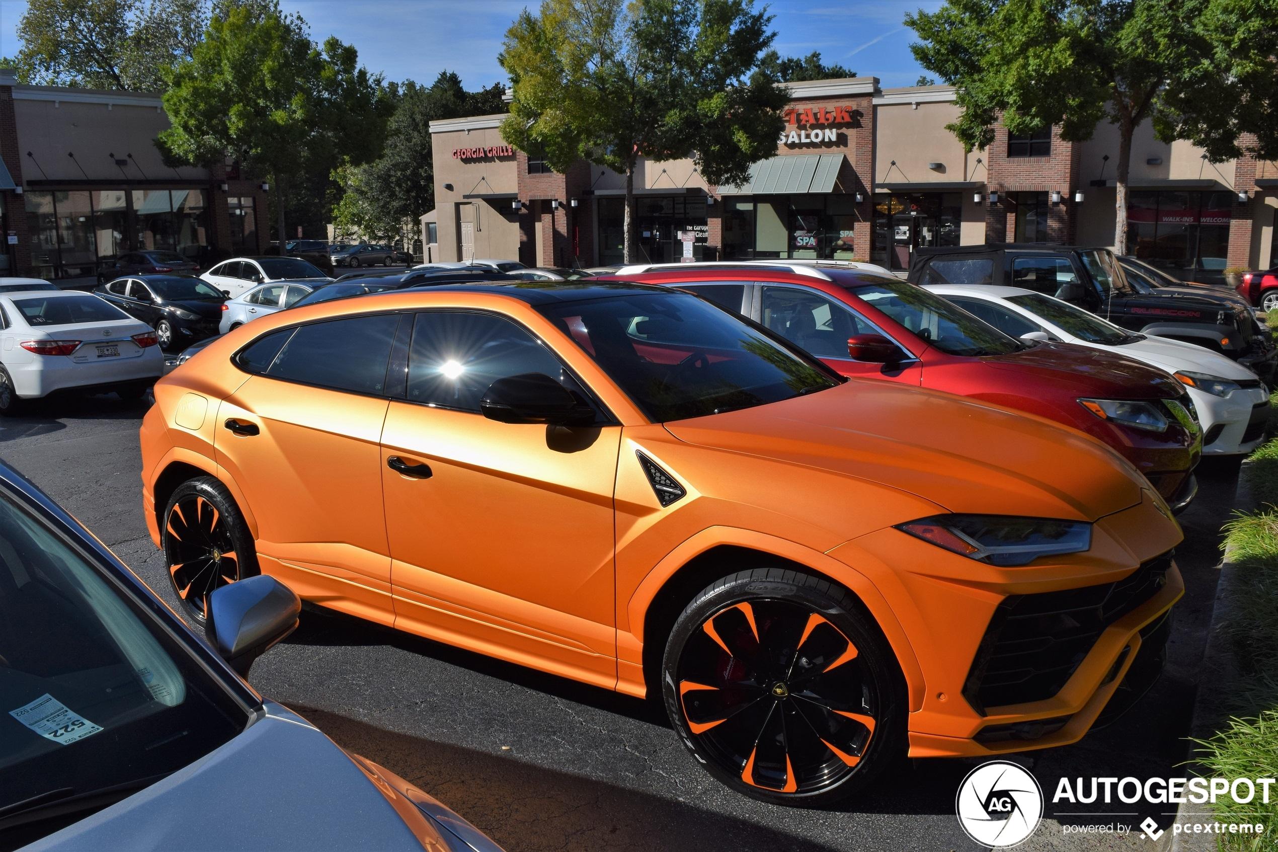 Iets teveel oranje op deze Lamborghini Urus,