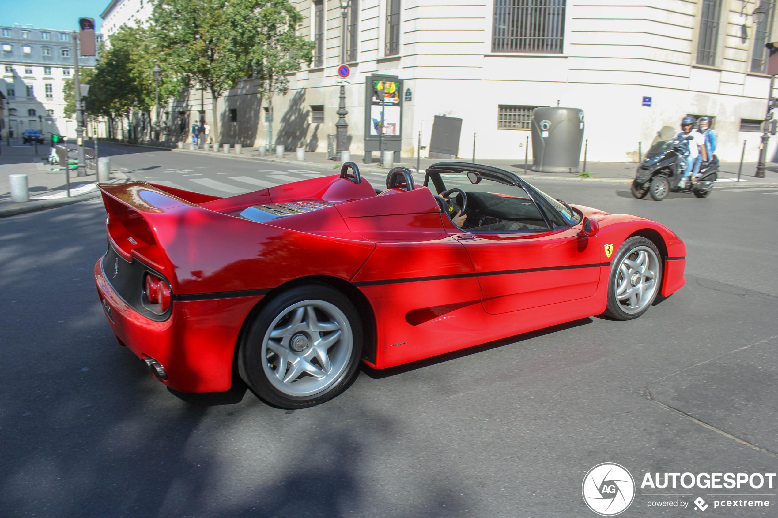 Ferrari F50 leukt Parijs behoorlijk op