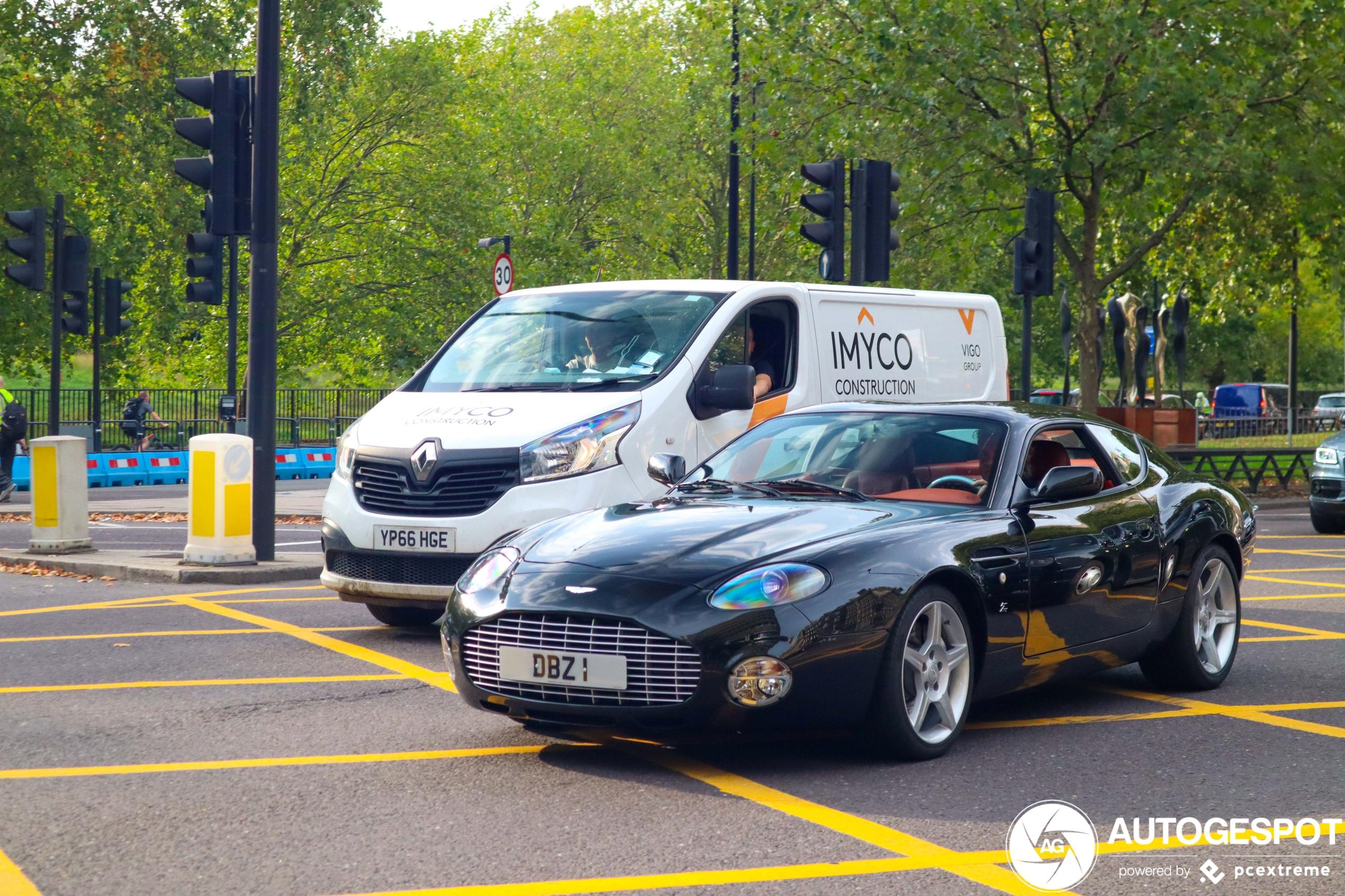 Aston Martin DB7 Zagato mengt zich in Londens stadsverkeer
