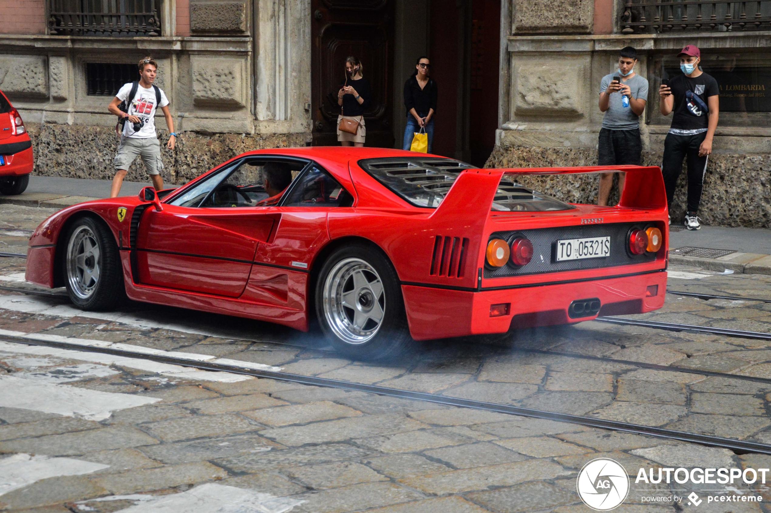 Ferrari F40 zet straten van Milaan blauw