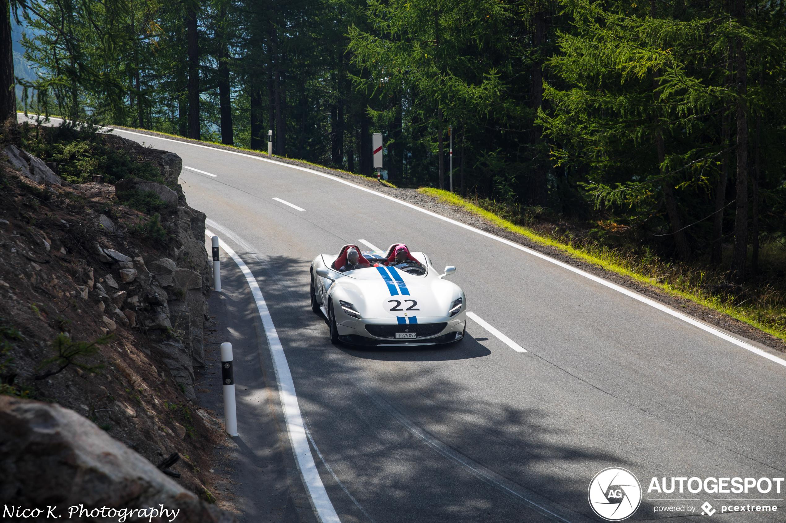 Ferrari Monza SP2 vlamt lekker door de bergen