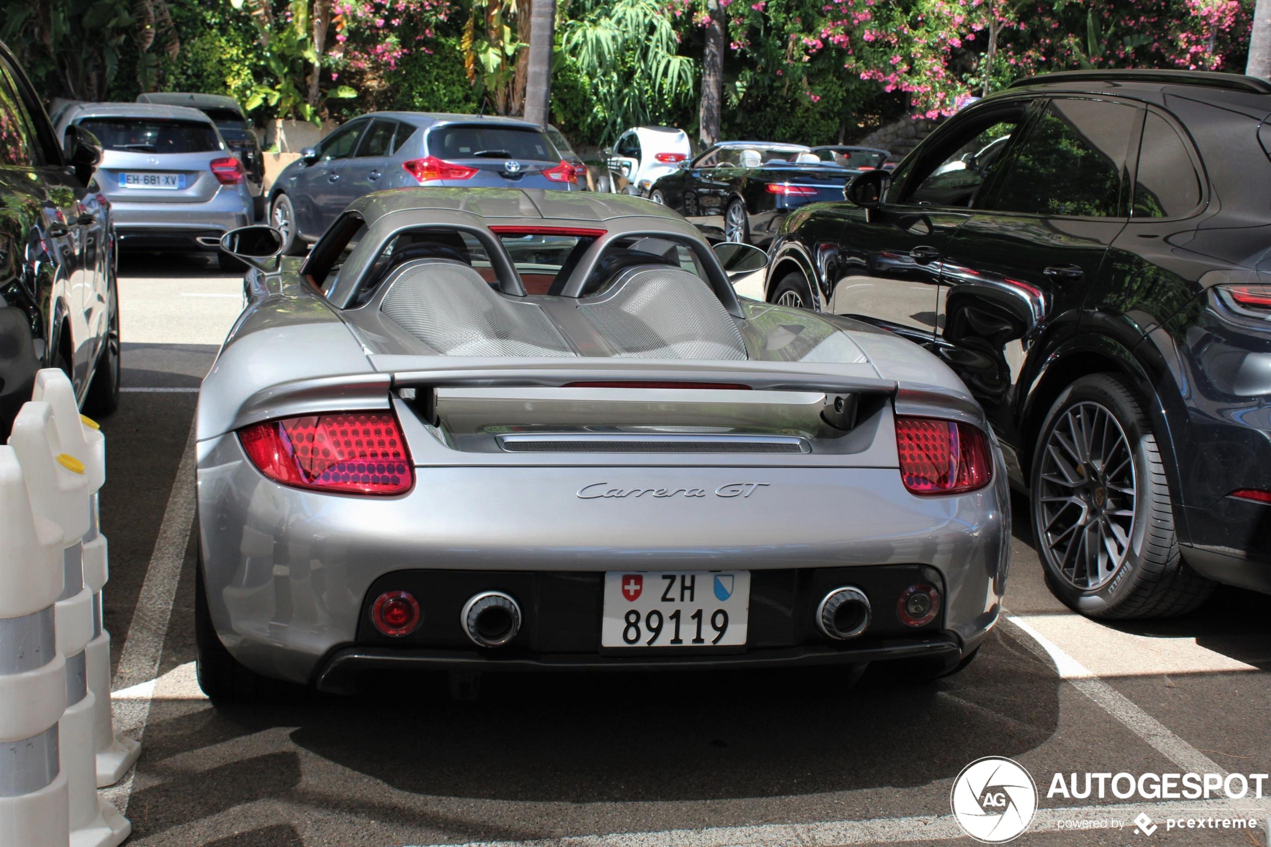 Deze Porsche Carrera GT reist lekker rond