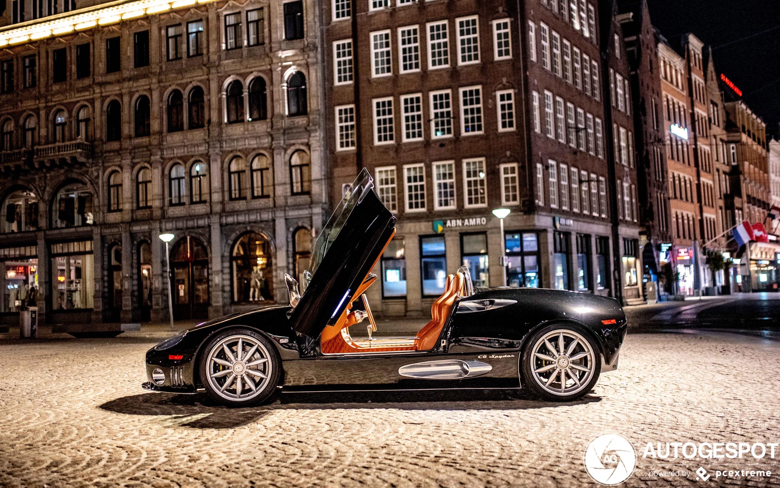 Nachtelijk Amsterdam heeft prachtige Spyker te gast