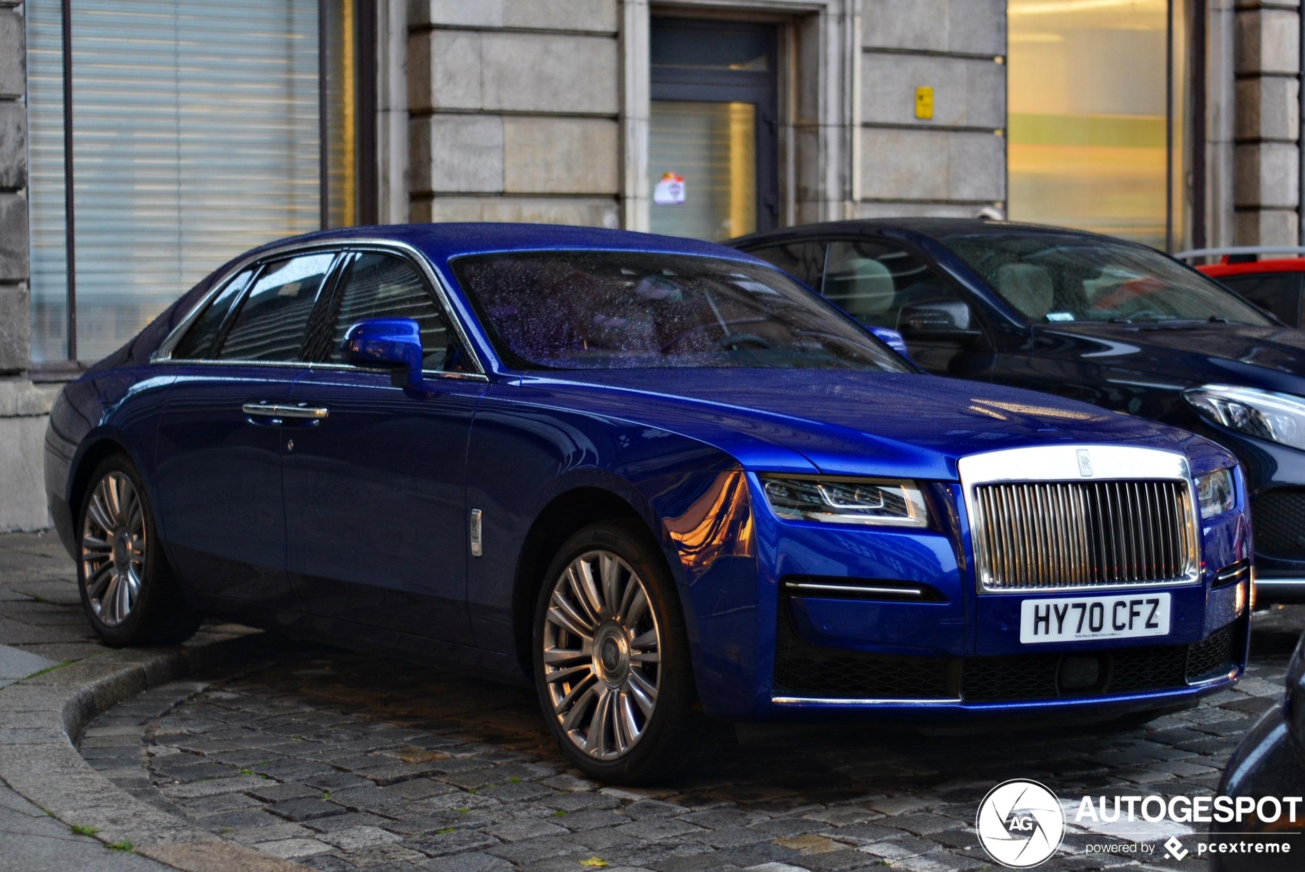 Ook blauw staat de nieuwe Rolls-Royce Ghost goed
