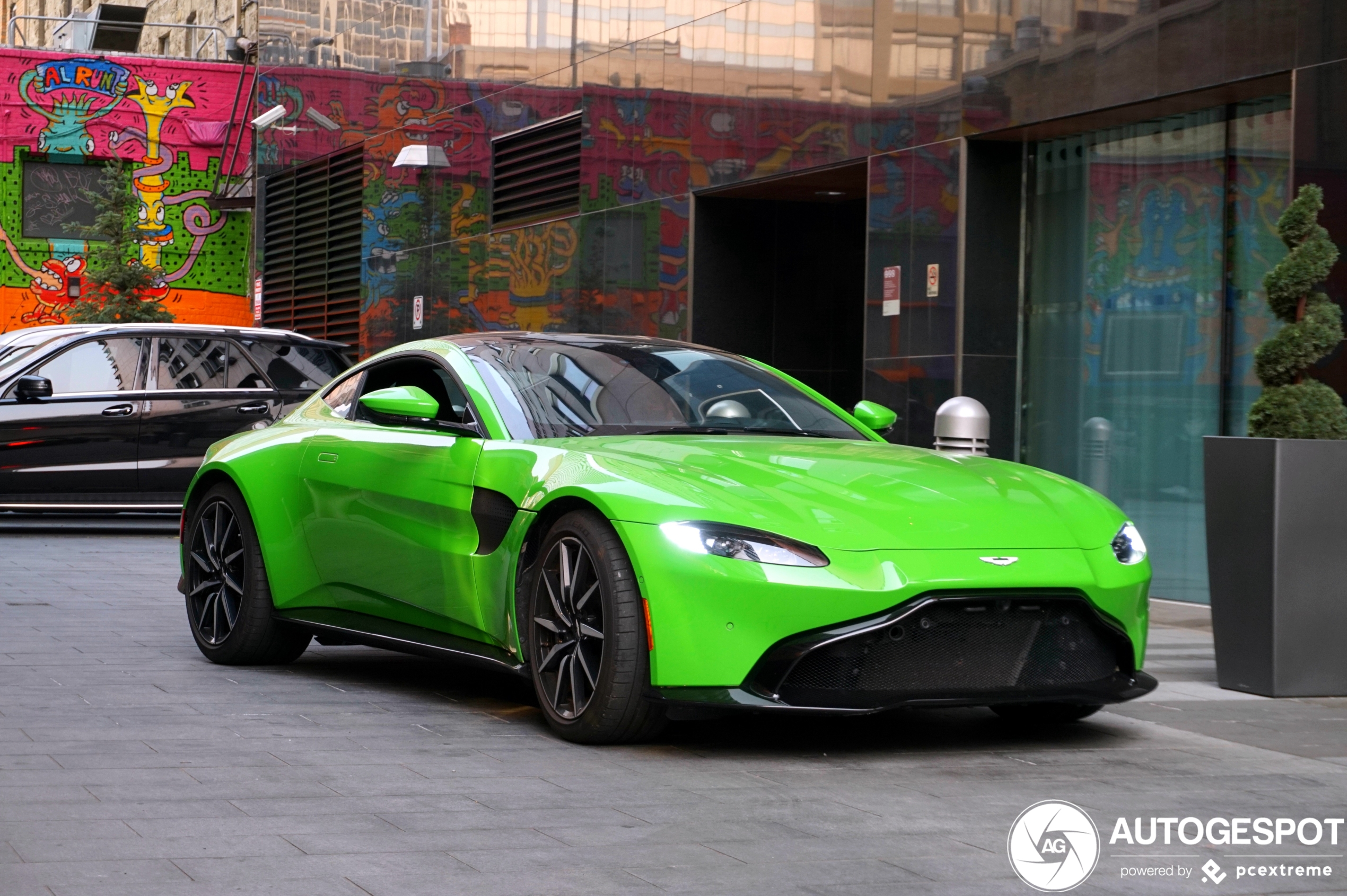 Aston Martin V8 Vantage vrolijkt Calgary op met zijn kleur