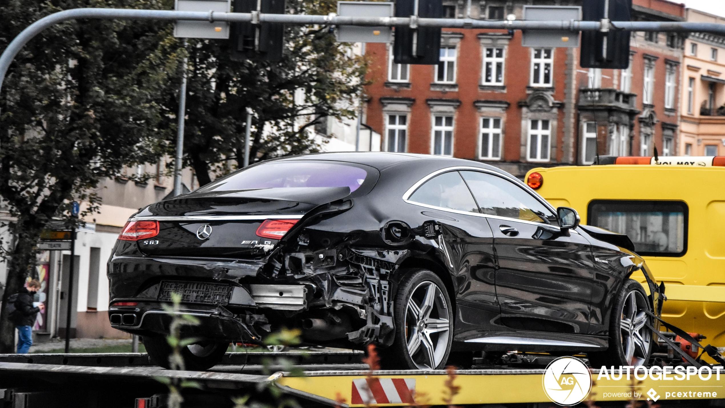 Ouch, Mercedes-AMG S 63 Coupé zal even niet meer rijden