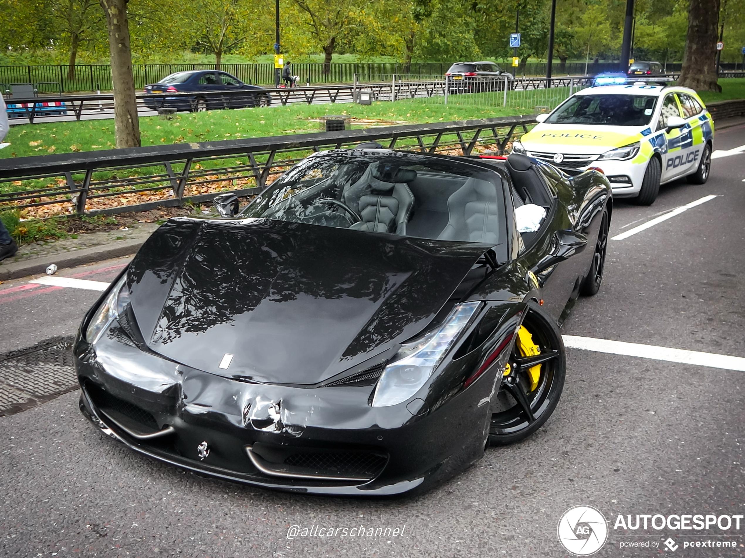 De wielen van deze Ferrari staan niet helemaal netjes meer