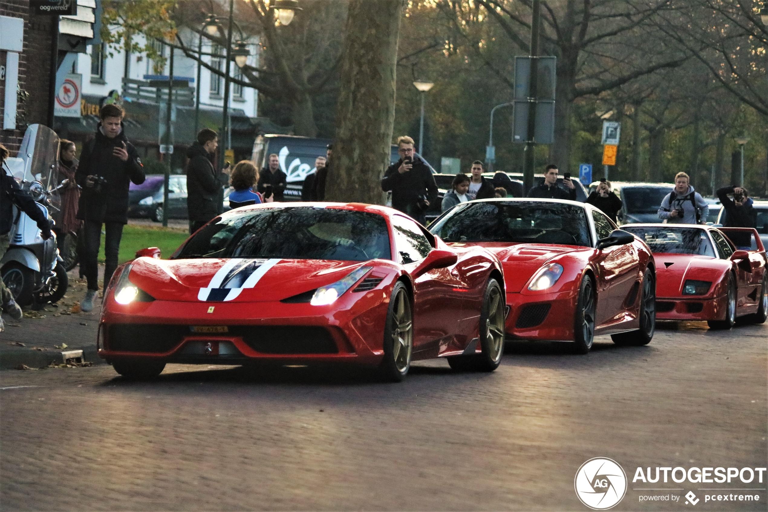 Combo van gelimiteerde Ferrari's paradeert door Laren