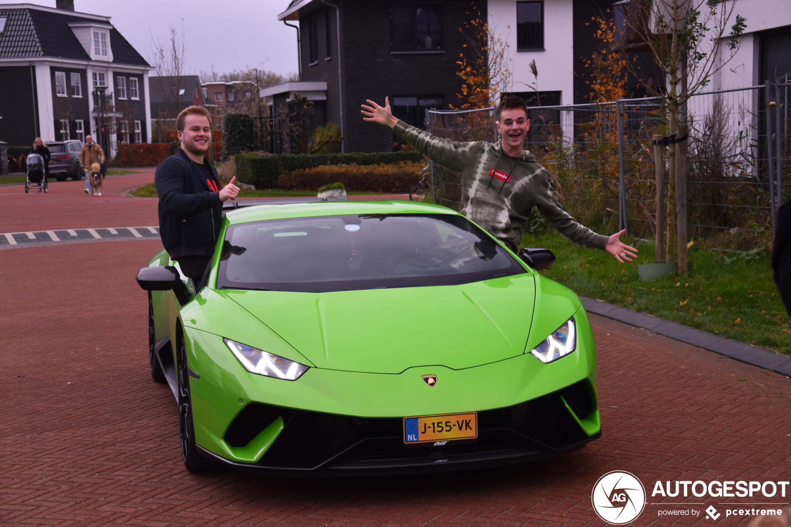 Don de Jong zeer content met zijn nieuwe Lamborghini!