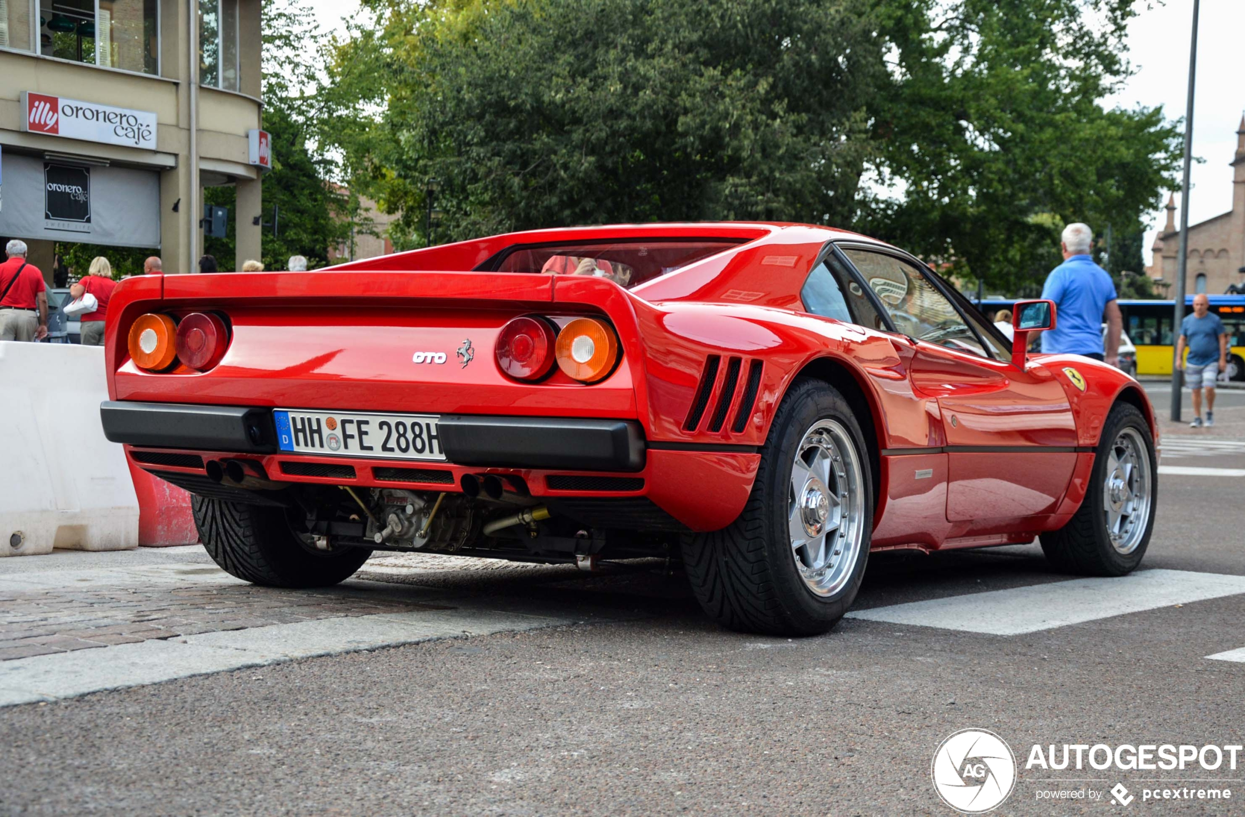 Ferrari 288 GTO trekt de volle aandacht in Maranello